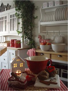 kitchen in red and white for the holidays Cottage Christmas, Christmas Kitchen, Scandinavian Christmas, Christmas Love, Country Christmas, Xmas, Cozy Kitchen, Red Kitchen, Country Kitchen