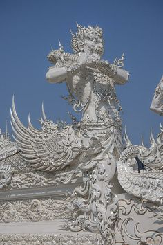 Ubosot Causeway Guardian, Tambon Pa Tan, Khun Tan District, Chiang Rai Province, Thailand, © 2014.  ภาพถ่าย ๒๕๕๗ วัดร่องขุ่น ผู้ปกป้องทางหลวง อุโบสถ ตำบลป่าตาล อำเภอขุนตาล จังหวัดเชียงราย ประเทศไทย