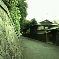 盛岡市大慈寺の小路。お寺の石垣と料亭かわてつ。ここに来ると盛岡て素敵だなとつくづく思う。
