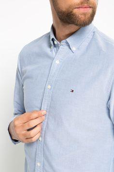 Koszula z kolekcji Tommy Hilfiger. Model wykonany z tkaniny. Posiada klasyczny, miękki kołnierzyk.