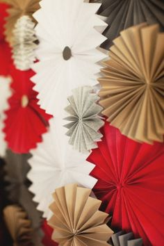 pinwheels would make a pretty wall decoration Christmas Photo Booth, Christmas Backdrops, Christmas Minis, Christmas Pictures, Christmas 2014, Merry Christmas, Diy Paper, Paper Crafts, Diy Backdrop