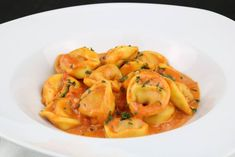 With these summer temperatures, the kitchen has to be quick. For this reason, I have only one quick recipe today. Tortellini in a tomato ham cream cheese sauce. Tortellini, Seafood Appetizers, Seafood Salad, Best Holiday Appetizers, Cream Cheese Sauce, Recipe Today, Quick Recipes, Thai Red Curry, Creme
