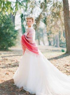 Tendance Robe De Mariée 2017/ 2018 : Love the pink shawl!