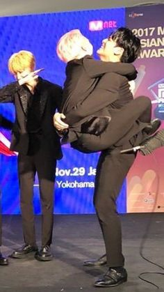 tag urself im minghao, also how tf is mingyu that strong to carry the entire 120 pounds that is jeonghan