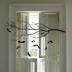 Fensterdeko mit Halloween Flair - Ast mit hängenden Fledermäusen in Schwarz