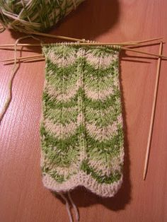 Heivatut kudelmat: Polvekeraitasukat Knitting Socks, Knitting Stitches, Knitting Patterns, Knitting Ideas, Knit Socks, Mittens, Stitch Patterns, Knit Crochet, Sewing
