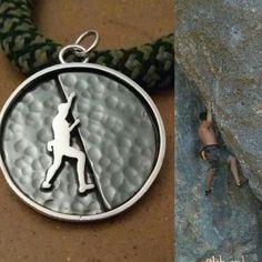 Colgante de plata Escalando en Montserrat, personalizado a partir de una foto, para que tengas una joya de ti mismo.