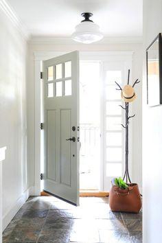 Flur gestalten im minimalistischen Stil gefliest Kleiderständer neben dem Eingang