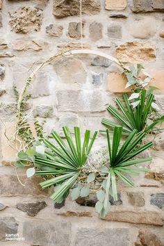 Wundervolles Dekoelement im Green Boho Look für eure Hochzeit. Holzreifen nehmen und mit echtem Grünzeug dekorieren. Hier findet ihr Inspiration und Hochzeitsideen rund um den grünen Trend.