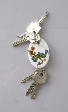 Schlüsselanhänger aus Porzellan mit zwei Schlüsselösen, Vintage Motiv Pfau / key chain pendant, vintage illustration peacock, made of porcelain by feinesweisses via DaWanda.com