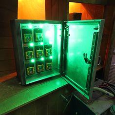 Jeu de disjoncteurs créé pour une escape room. Le jeu permet de rétablir le courant dans la pièce - Labsterium