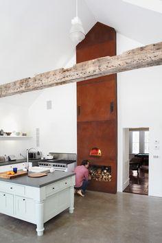 cuisine chic rustique avec solive trouée et four en acier corten par Tom Givone