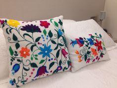 Almofadas bordadas a mão com lã colorida