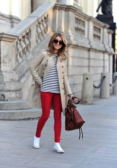 trench, red jeans, navy and converse sneakers Outfits Otoño, Outfits With Converse, Fashion Outfits, Womens Fashion, Converse Sneakers, Converse High, Simple Outfits, Stylish Outfits, Trench Coat Outfit