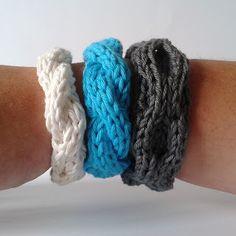 A la Sascha: Kabelarmbanden breien! *met Patroon scroll down for english instructions Yarn Projects, Knitting Projects, Crochet Projects, Yarn Bracelets, Crochet Bracelet, Crochet Jewellery, Knitting Patterns, Sewing Patterns, Crochet Patterns