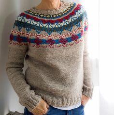 Esta es una reinterpretación de un suéter clásico tipo Lopapeysa, se trabaja de arriba hacia abajo, Top Down con una pechera circular multicolor y lejos de lo que puede parecer es fácil de tejer incluso para principiantes ya que en ningún momento se llegan a tejer más de dos colores al mismo tiempo. El diseño por supuesto, es original de Socks&Co, diseñado y tejido por Ana Conde. Es más corto que los tradicionales y más ajustado consiguiendo adaptar un estilo clásico y haciéndolo súper ac...