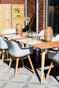 """Obtain excellent suggestions on """"outdoor patio ideas"""". They are actually available for you on our site. Patio Tiles, Outdoor Tiles, Outdoor Dining, Eames, Tyni House, Terrazzo, Garden Inspiration, Dining Chairs, Dining Room"""