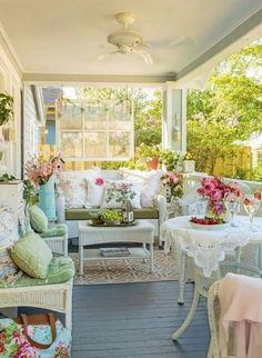 3 Fortunate Tips: Shabby Chic Table Front Porches shabby chic living room paint. Shabby Chic Veranda, Shabby Chic Mode, Cocina Shabby Chic, Casas Shabby Chic, Shabby Chic Porch, Shabby Chic Living Room, Shabby Chic Kitchen, Shabby Chic Style, Shabby Chic Furniture