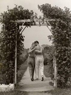 Black and White Vintage Photography: Take Photos Like A Pro With These Easy Tips – Black and White Photography Romantic Photos, Romantic Couples, Cute Couples, Teen Couples, Romantic Weddings, Vintage Romance, Vintage Love, Couples Vintage, Image Basket