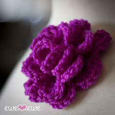 Pretty Corsage {free crochet pattern}  --  I'll be making one of these to put on the bag I just finished!