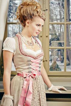 メルヘンの国ドイツの伝統衣装♡花嫁が着る『ディアンドル』が可愛い♬*゜にて紹介している画像 German Lederhosen, German Costume, Oktoberfest, Traditional Dresses, Lace Patterns, Dirndl Dress, Vintage Trends, Cosplay, Historical Costume