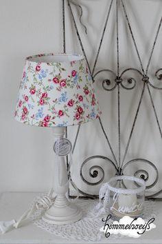 Hübsche große Tischlampe mit einem geblümten Lampenschirm, großem Qualitätslampenfuß aus Echtholz (Nordika)mit Tag und Spitze.   Toll für die stilv...