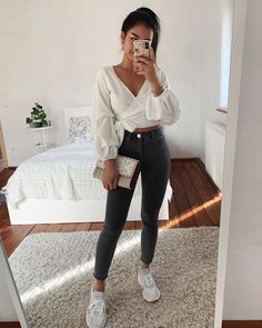 woman wearing black trousers, white top and white sneakers carrying a clutch bag - Modetrends Summer Outfits For Teens, Cute Winter Outfits, Casual Summer Outfits, Girly Outfits, Fall Outfits, Fashion Outfits, Outfit Summer, Fashion Ideas, Fashion Inspiration