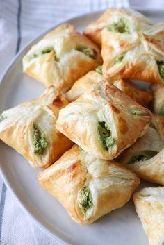 De her butterdejspakker smager fantastisk! Fyldt med cremet grønt feta fyld, som bare smager vildt godt! De er lækre både varme og kolde. De er også fryseegnet, så de kan nemt laves lang tid i forv…