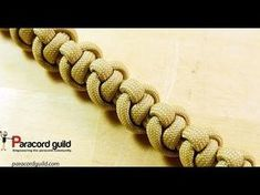 Instructions for how to tie a 2 color snake knot paracord survival bracelet without buckle in this easy step by step DIY video tutorial. Lanyard Knot, Bracelet Knots, Paracord Bracelets, Macrame Bracelets, Paracord Braids, Survival Bracelets, Paracord Tutorial, Bracelet Tutorial, Bracelet Patterns