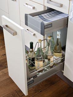 Frontauszüge mit Funktionsausstattung und innenliegenden Schubladen verschenken keinen Platz und verschaffen rasch Überblick.