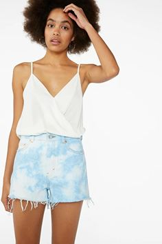 In off-white, it's a wardrobe classic with a stylish edge. The model is 178 cm and is wearing a size S. Outlet Clothing, Swimwear Sale, Green Lace, Monki, Overall Shorts, White Tops, Dress Outfits, Short Dresses, Dressing
