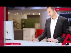 Interzum 2015 : plus de vie au m2 ! >> Le bureau se transforme en station de travail moderne : grâce au plan de travail avec piètement motorisé pour fonction élévateur à commande tactile, au plan coulissant révélant prise électrique et connecteurs USB et HDMI, et au verrouillage électronique sans contact Dialock de la partie vitrine.