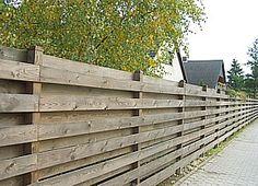 http://www.derkleinegarten.de/700_archiv/730_zaun/731_zaun_vorgarten/bilder_holzzaun/100_sichtschutzzaun_holzbretterzaun.JPG