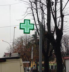 Croce Farmacia LUX90 con installazione a palo