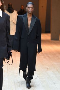 See all the Collection photos from Celine Autumn/Winter 2017 Ready-To-Wear now on British Vogue Fashion Week Paris, Fashion 2017, Runway Fashion, Fashion Online, All Black Fashion, All Black Outfit, Autumn Fashion, Phoebe Philo, Winter Mode