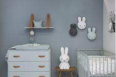 Een leuk idee voor een babykamer: Hang deze té leuke Nijntjes aan de muur! De babykamer die je hier ziet heet Babykamer Bliss #babykamer #nijntje