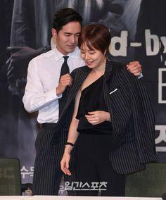 [포토]이진욱,문채원에게 센스넘치는 훈남매너 - 일간스포츠