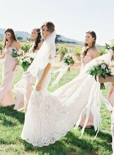 Damas de honor con la novia con vestido rosa empolvado y ramos de flores