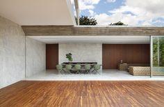 randes vãos abertos, ambientes integrados e muita madeira foram as apostas do arquiteto Guilherme Torres para esta casa no interior do Paraná! MCA Estúdio.