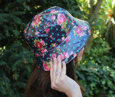 Sombrero impermeable - Flores y lunares de LoLahn Handmade - Bolsos 9db6521d7ac
