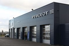 ACE Ingénierie - ABC Contractant - Réalisations : PEUGEOT / GARAGE BOUFFORT - MAURON (56) Design Garage, Exterior Design, Building Exterior, Building Design, Conception D'entrepôts, Pre Engineered Metal Buildings, Factory Architecture, Retail Facade, Warehouse Design