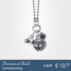 Soepel vallende grijs/beige leren armband met verzilverde Diamond Balls met Swarovski kristallen. De leren armband is mooi afgewerkt met grote verzilverde eindkappen. U kunt de armband perfect passend maken met behulp van de verlengketting. Een prachtige match bij uw bestaande armbanden. $19.00