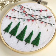 Embroidered Christmas Ornaments, Christmas Embroidery Patterns, Hand Embroidery Art, Embroidery Floss Crafts, Simple Embroidery Designs, Hand Embroidery Patterns Free, Creative Embroidery, Embroidery For Beginners, Christmas Trees