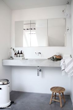 De old-school wastafels hebben plaatsgemaakt voor zwevende badkamermeubels met stijlvolle wasbakken. En het mooie van deze badkamermeubels is dat ze geen pootjes hebben en hierdoor de badkamer groter maken.
