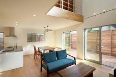 オーワークスが目黒区碑文谷にSE構法で建築した3階建て注文住宅です。1階にはウッドデッキ、吹き抜けには書庫があり、開放的な空間の建物です。