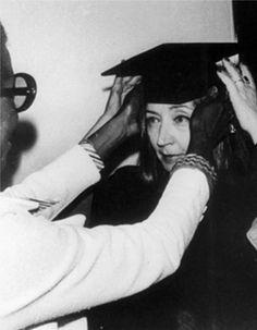 """Oriana riceve la laurea honoris causa in Letteratura al Columbia College di Chicago -  """"Dedico questo onore a mia madre, Tosca Fallaci, che non poté andare all'università perché era donna ed era povera in un tempo in cui alle donne e ai poveri non era permesso studiare"""" (Oriana Fallaci, discorso per l'assegnazione della laurea honoris causa, Boston University, 1977)"""