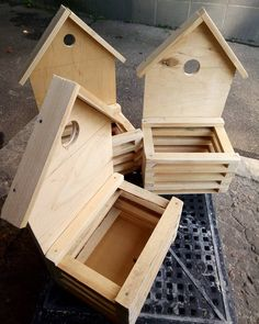 No photo description available. Woodworking Furniture, Diy Furniture, Woodworking Projects, Wooden Plant Stands, Diy Plant Stand, Wooden Pallet Crafts, Do It Yourself Furniture, Bird Houses Diy, Small Wood Projects