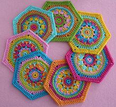 Bebilderte Schritt-für Schritt-Anleitung für sechseckige Granny Squares (Hexagon) im bunten Mustermix. Granny Squares zu häkeln macht riesigen Spa