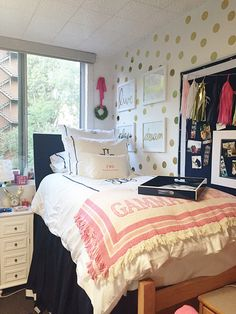 Dorm room furniture ideas gorgeous dorm room decor beautiful dorm room furniture ideas interior pictures of dorm college dorm room furniture ideas Dorm Room Walls, Cute Dorm Rooms, College Dorm Rooms, Preppy Dorm Room, Girl Dorm Decor, My New Room, Gold Dots, Gold Dot Wall, Decor Ideas
