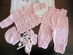 Tips til babydress/hentesett? Knit Baby Pants, Knit Baby Sweaters, Knitted Baby Clothes, Baby Girl Dresses, Baby Outfits, Baby Dress, Kids Outfits, Knitting For Kids, Baby Knitting Patterns
